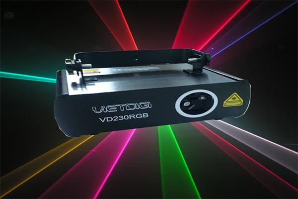 den-laser-1-cua-7-mau-he-thong-anh-sang-karaoke-chuyen-nghiep