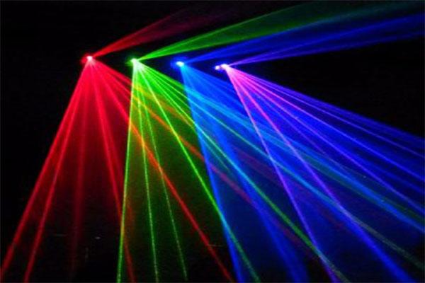 den-laser-quet-tia-dung-trong-tiec-cuoi